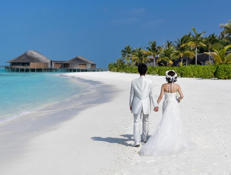 Des mariés sur la plage